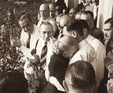 Evita_llorando_abraza_a_Perón_-_17OCT1951